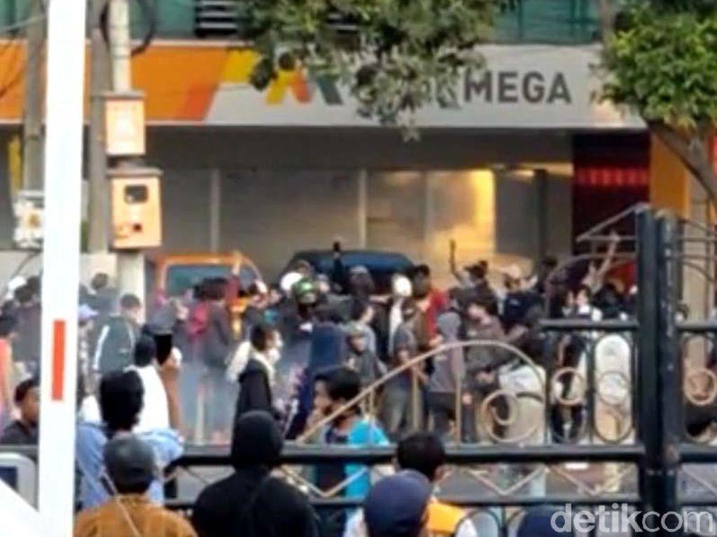 Pendemo Pukuli Karyawan dan Lempari Batu ke Perkantoran Yos Sudarso