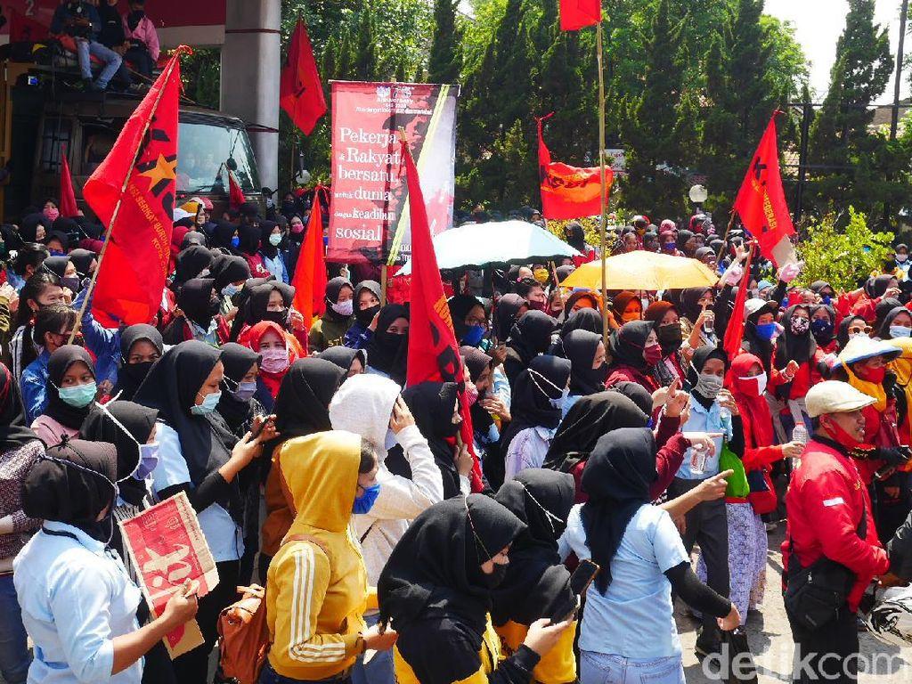 Demo Tolak Omnibus Law, Ribuan Buruh di Cimahi Bergerak ke Gedung Sate