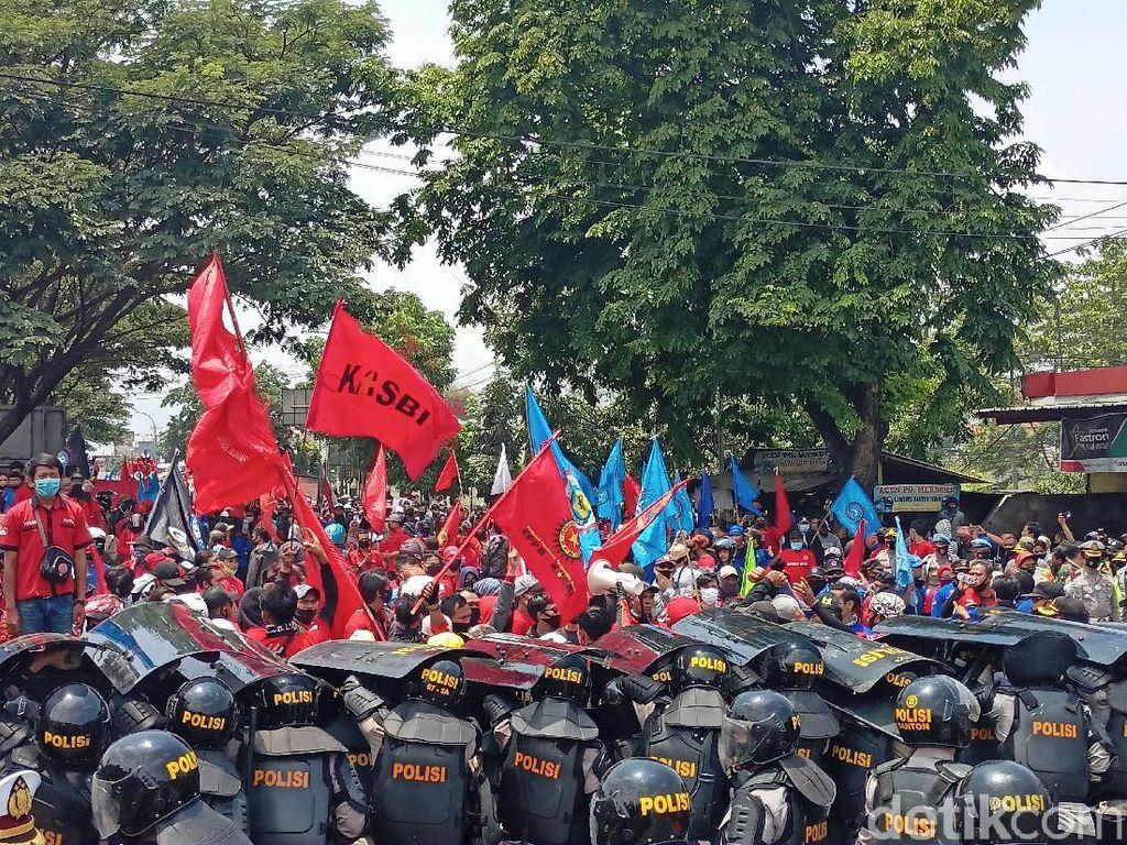 Ribuan Buruh Kembali Longmarch dan Tutup Jalan Cileunyi-Bandung