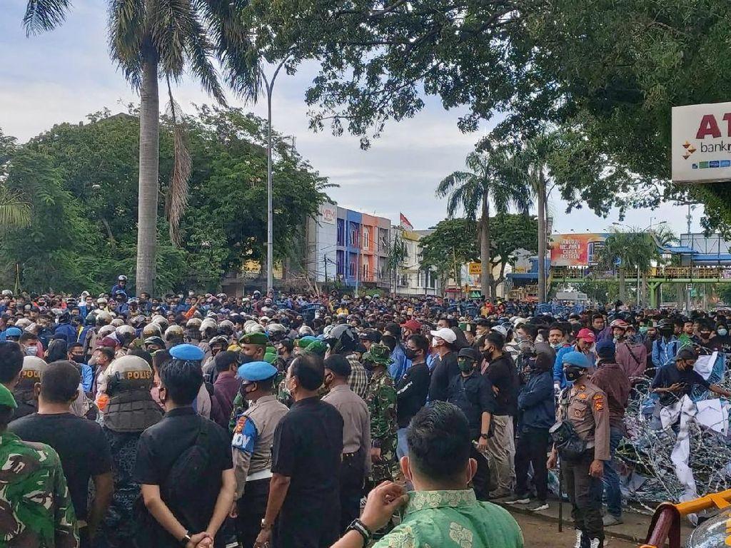 Sempat Terlibat Ricuh, Massa Tolak Omnibus Law di Pekanbaru Bubarkan Diri