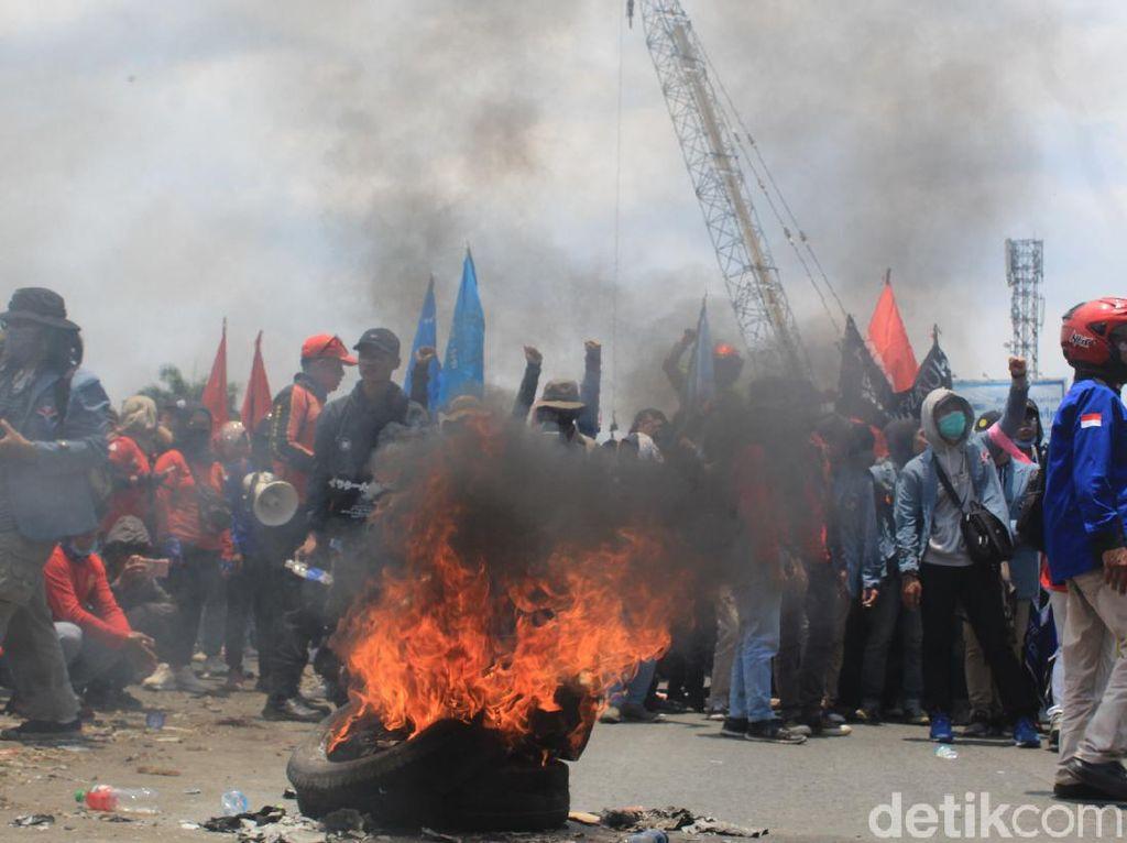 Ribuan Buruh Kembali Blokade Jalan Cileunyi-Rancaekek Sambil Bakar Ban