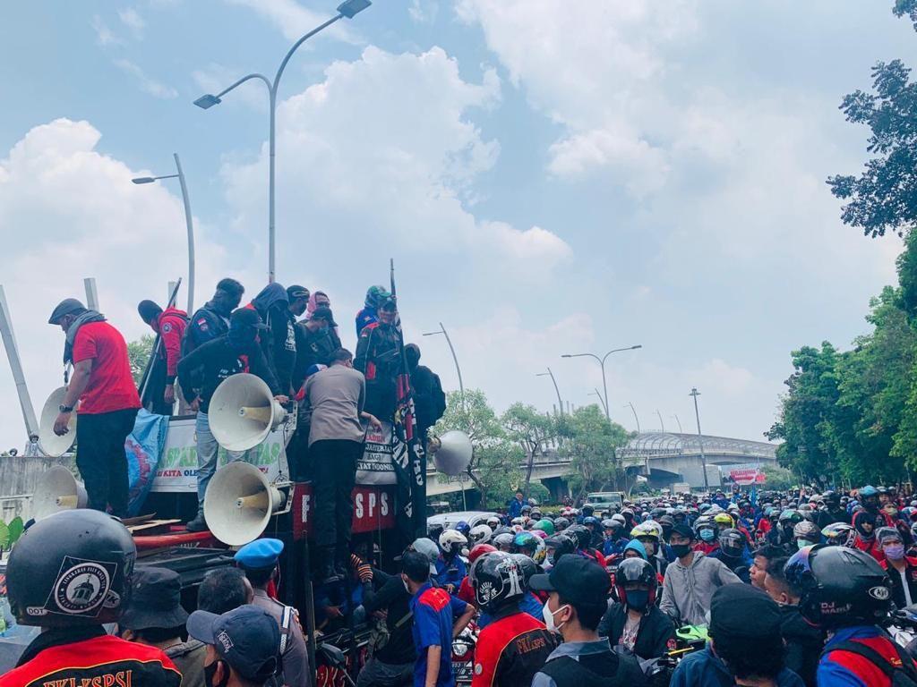 Massa Buruh Demo di Depan Pemkot Bekasi, Lalin Jl Ahmad Yani Ditutup
