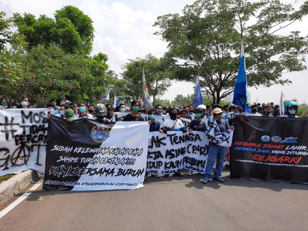 Tolak Omnibus Law, Massa Ormas Pemuda Demo di Kantor Pemkab Bekasi