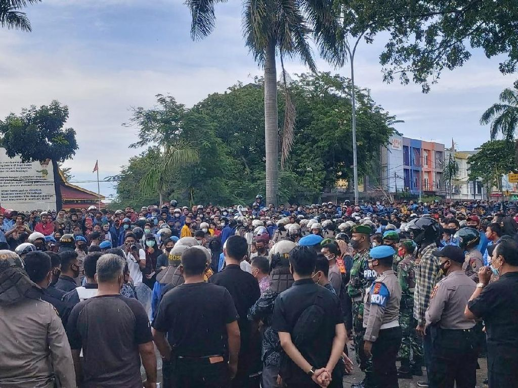 Mahasiswa Kepung DPRD Riau Tolak UU Ciptaker, Polisi Tembakkan Gas Air Mata