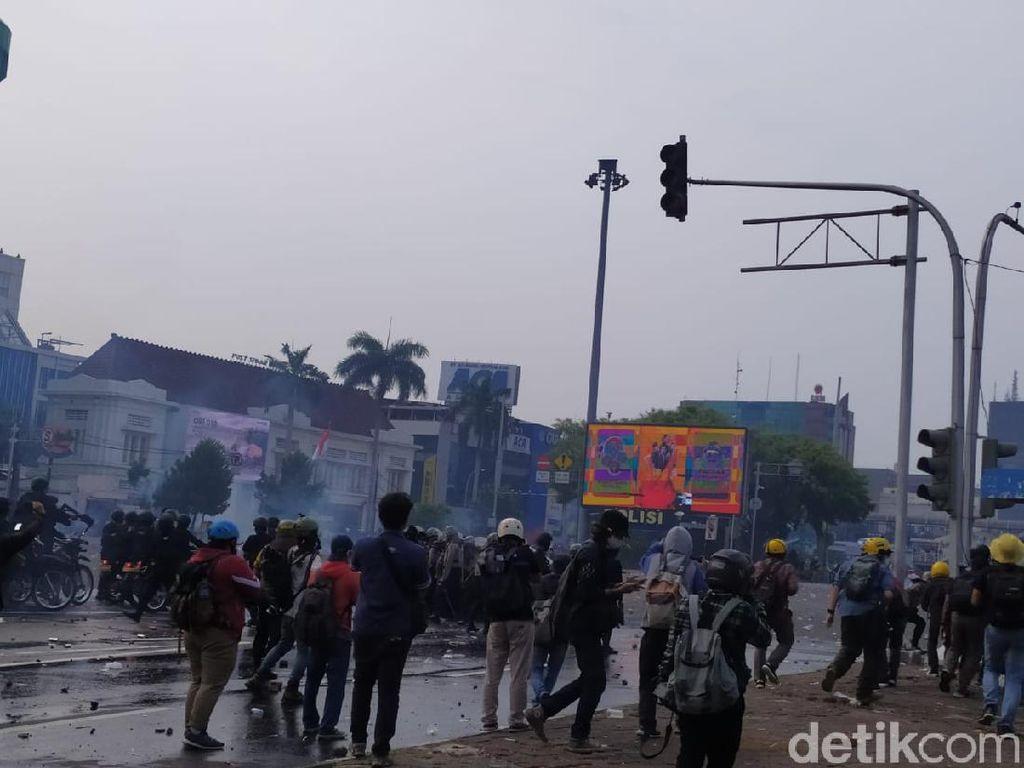Demo Omnibus Law di Harmoni Rusuh! Polisi Jadi Bulan-bulanan Massa