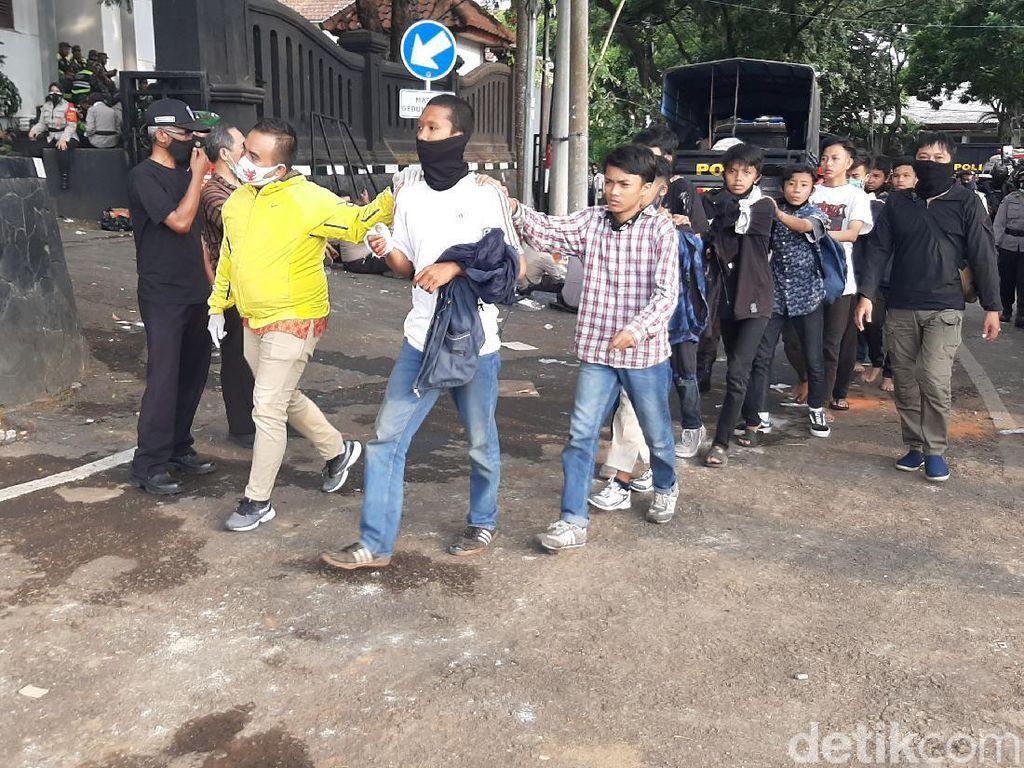 80 Orang Diamankan Usai Ricuh Demo Omnibus Law di Kota Malang