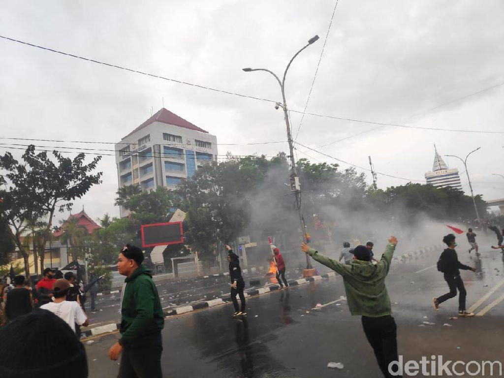 Massa Demo di Makassar Lempar Batu-Lepas Busur, Sejumlah Orang Ditangkap