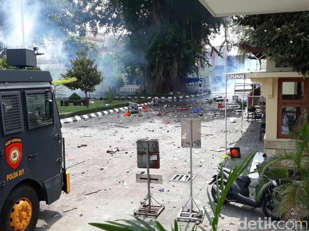 Sisa Demo Chaos di Yogya: Kaca-kaca DPRD Pecah, Mobil Polisi Ringsek