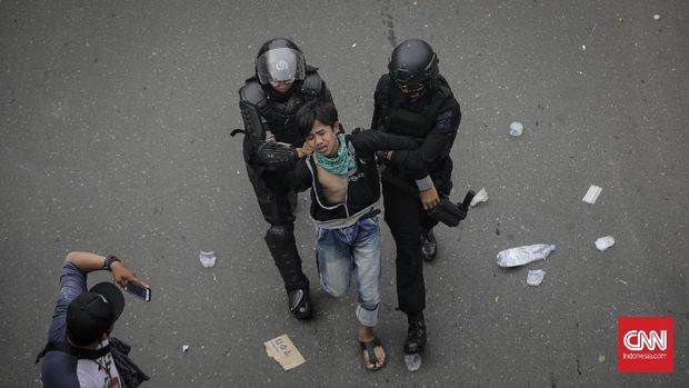 Massa demo tolak UU Cipta Kerja dan Omnimbus Law di kawasan Harmoni ditangkap polisi saat  bentrok, Jakarta. Kamis (8/10/2020). CNN Indonesia/Adhi Wicaksono