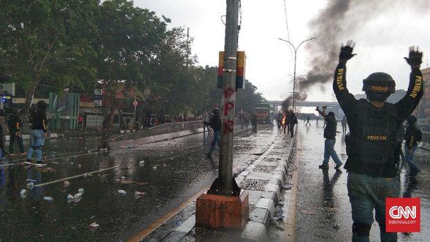 Massa demo tolak UU Cipta Kerja dan Omnimbus Law di Makassar bentrok dengan polisi. Kamis (8/10/2020). CNN Indonesia/ Sari