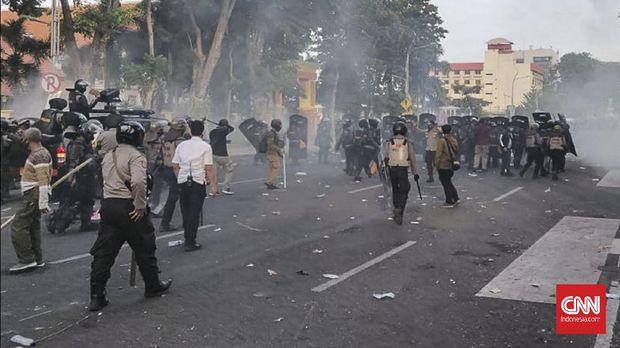 Aksi tolak Omnibus Law Cipta Kerja di Surabaya memanas. Polisi menembakkan gas air mata dan memukul mundur massa dari Depan Gedung Negara Grahadi, Surabaya.
