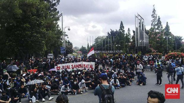 Mahasiswa berkumpul di kampus Universitas Gadjah Mada, Yogyakarta sebelum unjuk rasa menolak Omnibus Law UU Cipta Kerja, Kamis (8/10),