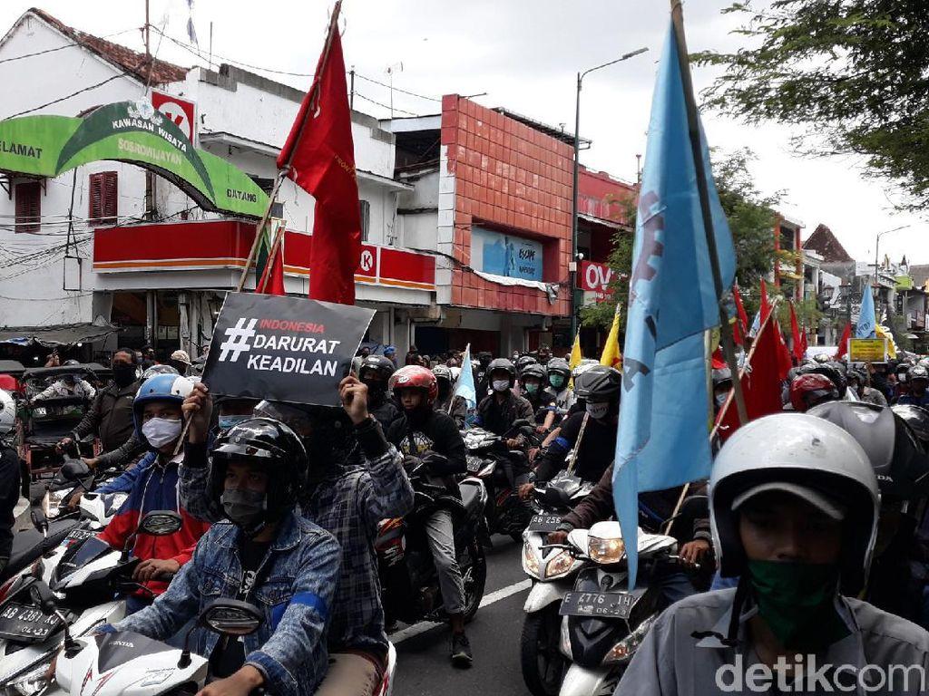 Massa Demo di Yogya Bawa Boneka Celeng Merah Dewan Pengkhianat Rakyat