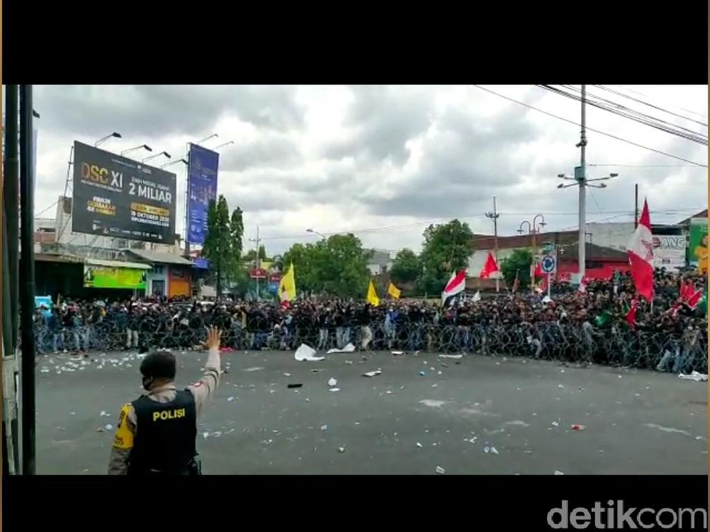 Ricuh, Demo Mahasiswa Jember Tolak Omnibus Law Diwarnai Aksi Lempar Batu