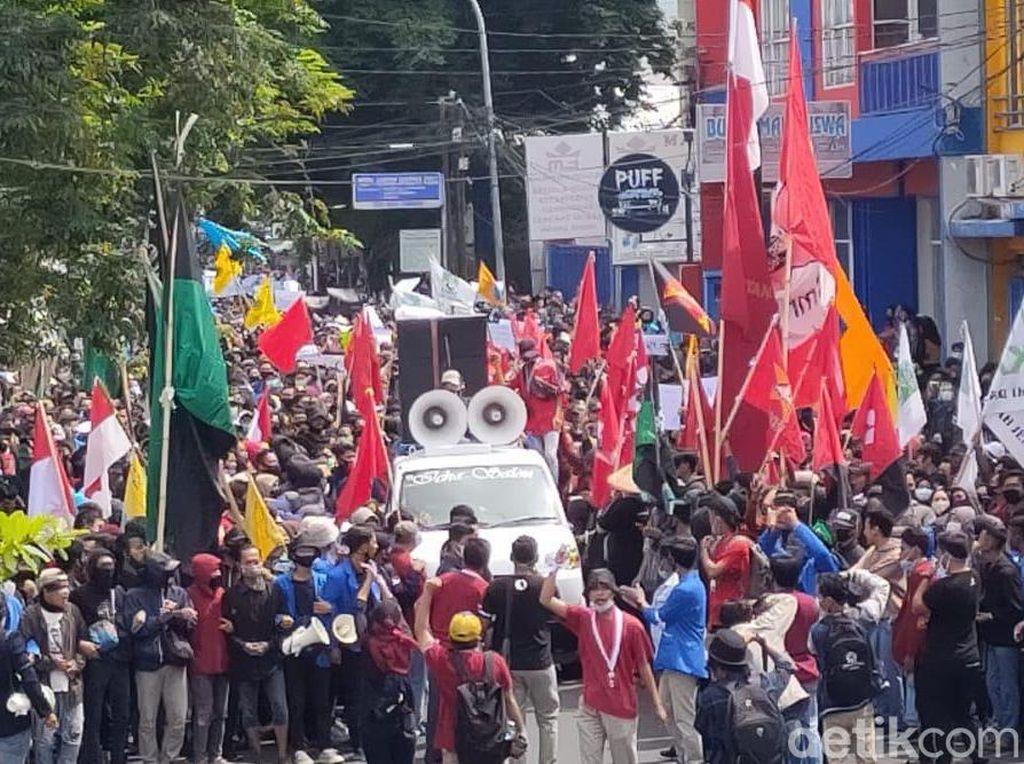 Ribuan Mahasiswa di Jember Demo Tolak Omnibus Law Cipta Kerja