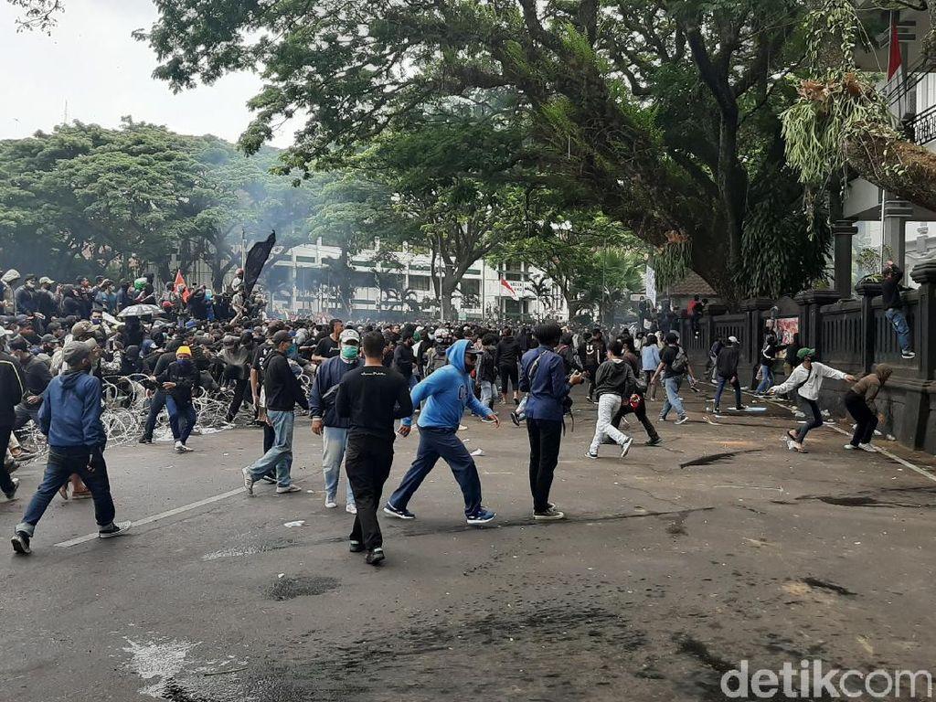 Demo Tolak Omnibus Law di Malang Diwarnai Hujan Batu