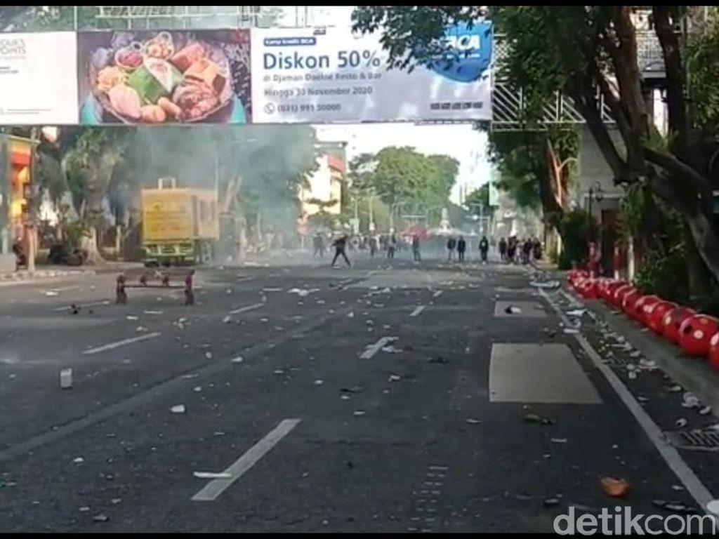 Video Surabaya Chaos, Demonstran Diberondong Gas Air Mata