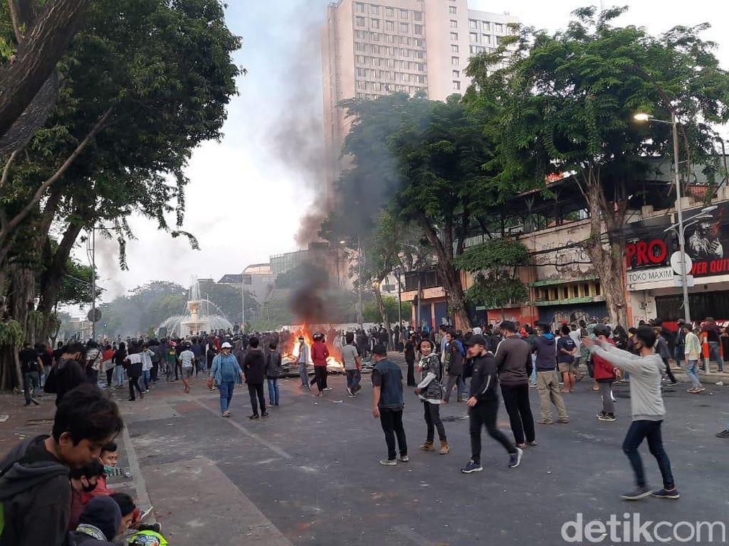 Dipukul Mundur Polisi dari Grahadi, Massa Tolak Omnibus Law Lakukan Pembakaran