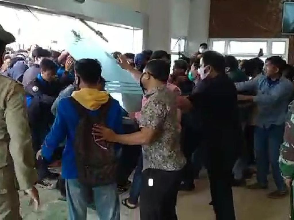Kantor DPRD Bontang Diduduki-DPRD Kutai Timur Dirusak Mahasiswa