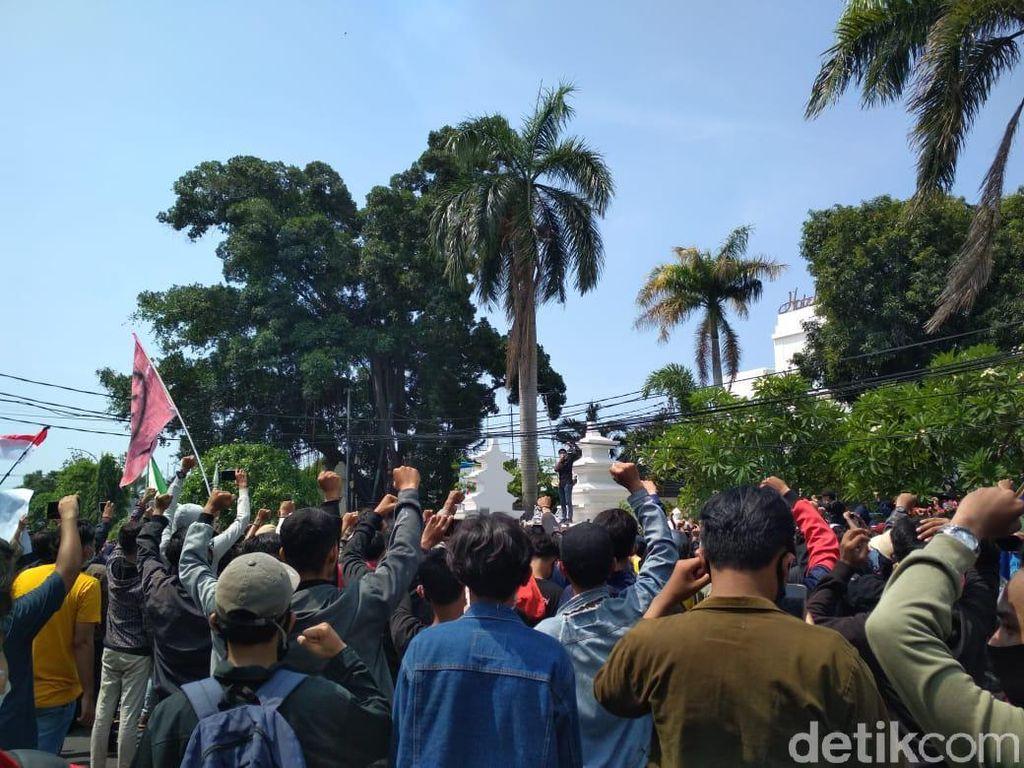 Bentrok Polisi-Demonstran Mereda, Massa Lanjut Aksi di DPRD Kota Cirebon
