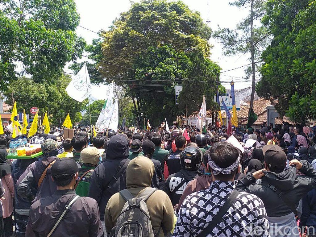 Pendemo Ajak Anggota DPRD Garut Menolak Omnibus Law