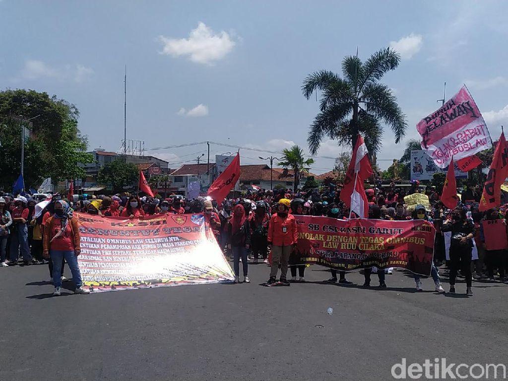 Massa Aksi Tolak Omnibus Law Long March ke DPRD Garut