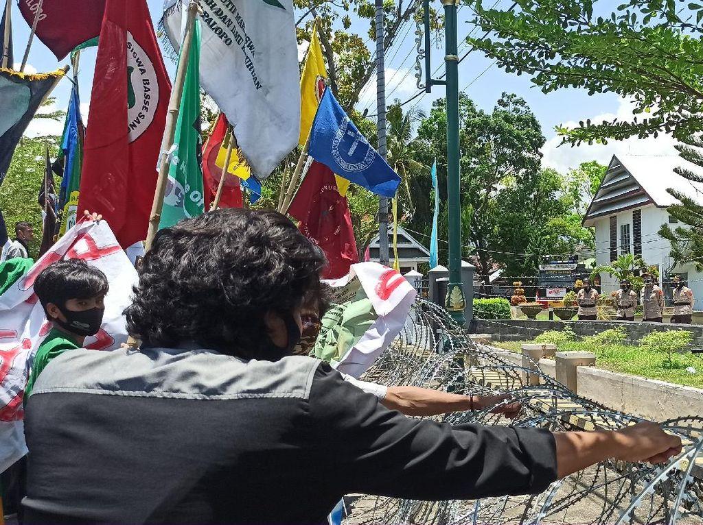 Massa Demo di Depan Gedung DPRD Palopo, Polisi Pasang Kawat Berduri