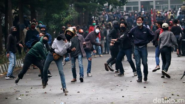 Demo menolak pengesahan Omnibus Law UU Cipta Kerja di depan Gedung Sate, Kota Bandung kembali ricuh. Aksi saling lempar terjadi di lokasi kejadian.