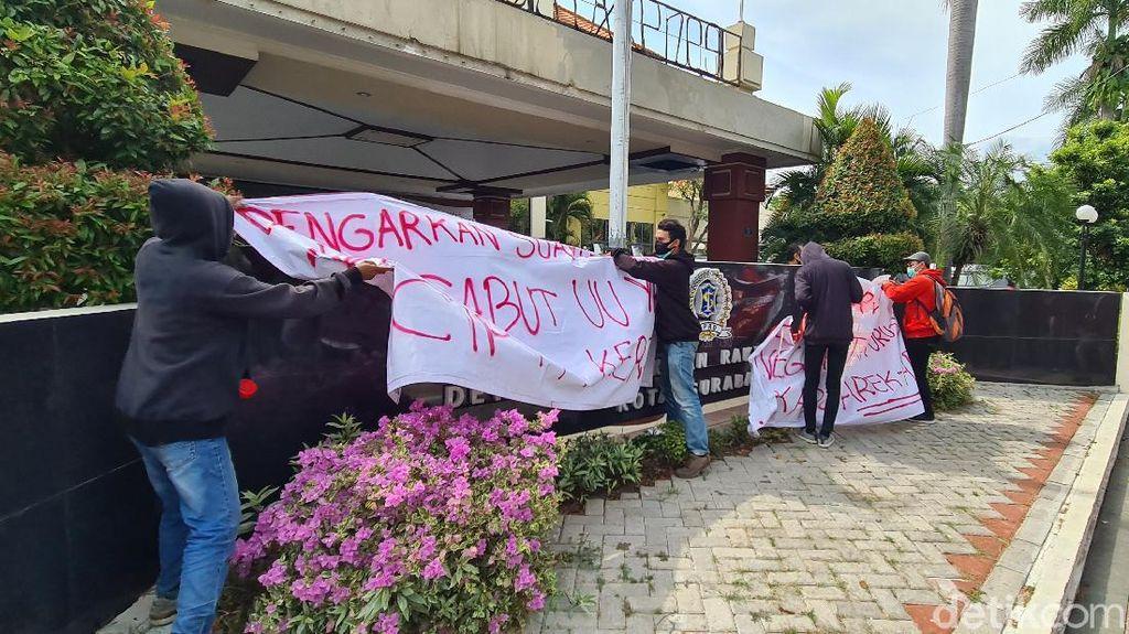 Gedung DPRD Surabaya Diduduki Mahasiswa