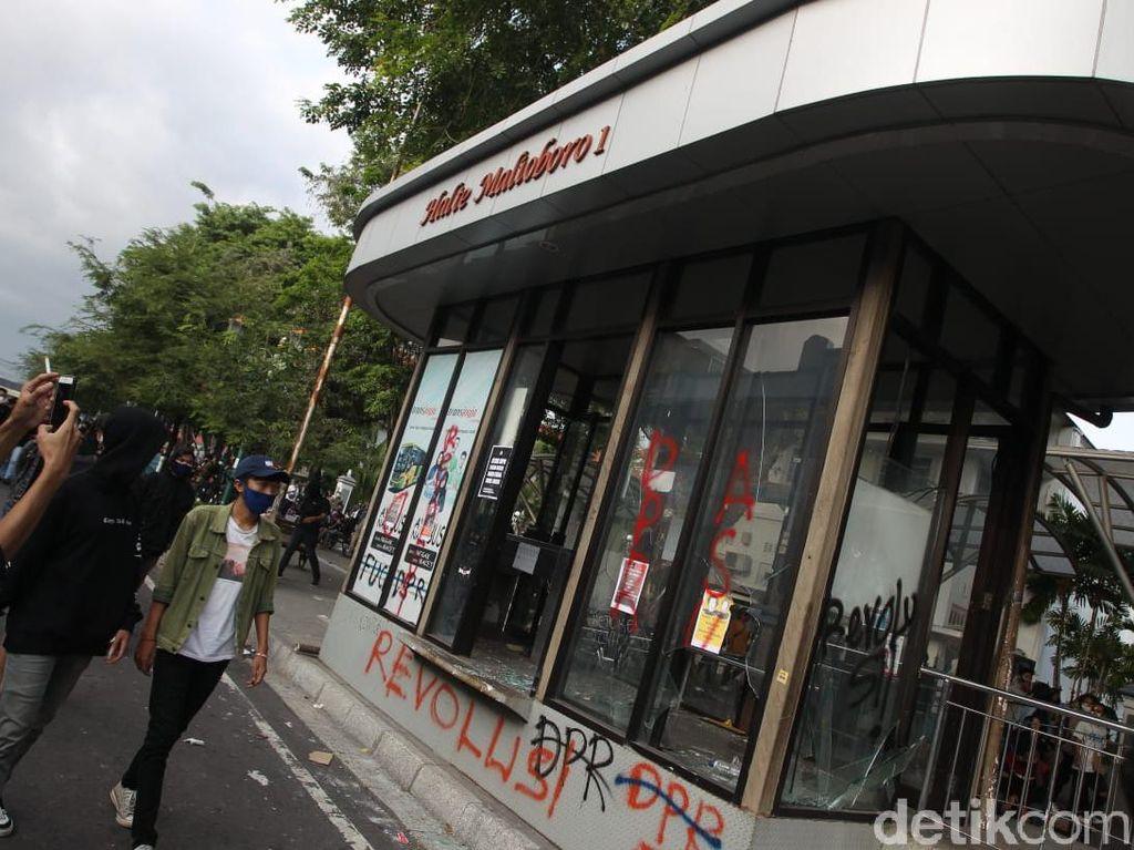 Halte Bus Trans Jogja di Malioboro Yogya Dirusak Massa