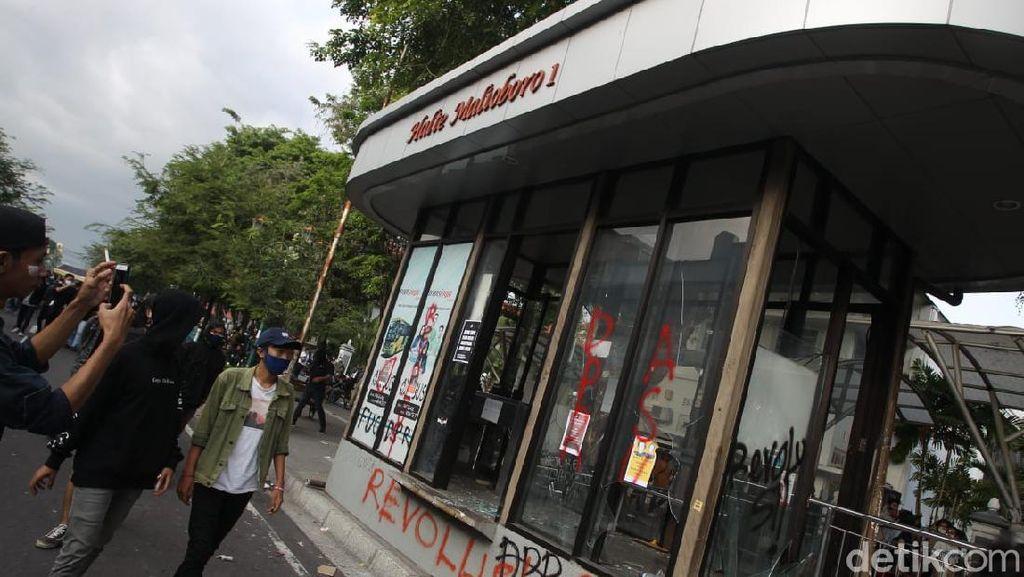 Halte Bus Trans Jogja Dirusak Massa Demo