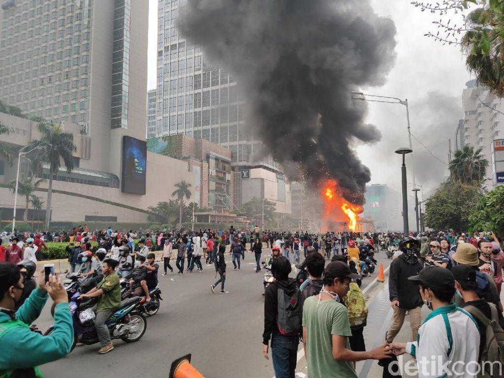 Kebakaran Halte TransJ Versus Hutan di Sela Demo Omnibus Law