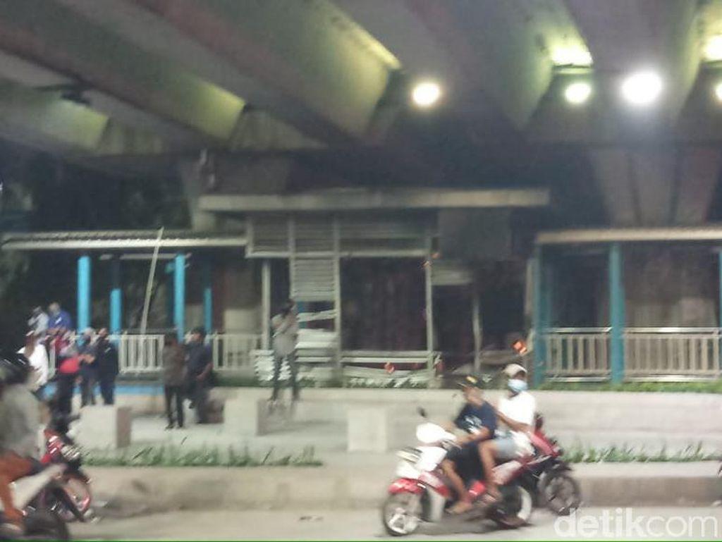 Penampakan Halte TransJ dan Truk di Senen Dibakar Massa Rusuh