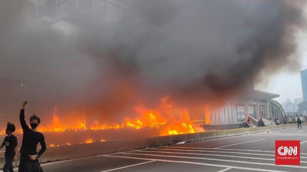 Halte Transjakarta di Bundaran HI Dibakar Massa