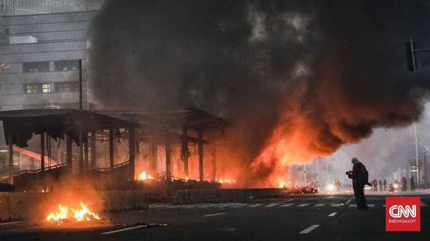 Halte Transjakarta di Bundaran HI dibakar massa , Jakarta, 8 Oktober 2020. CNN Indonesia/ Adhi Wicaksono