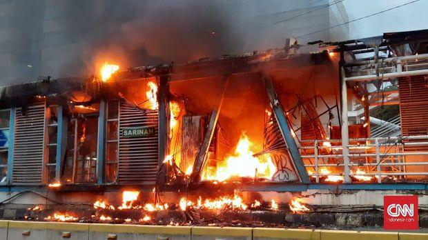 Halte Sarinah di depan gedung Bawaslu dilahap si jago merah. Belum diketahui penyebab pasti terkait peristiwa ini. Sejumlah aparat kepolisian berada di lokasi. Namun, belum ada upaya pemadaman.