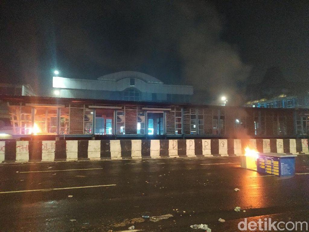 Jelang Tengah Malam, Muncul Api di Halte TransJakarta Harmoni Jakpus