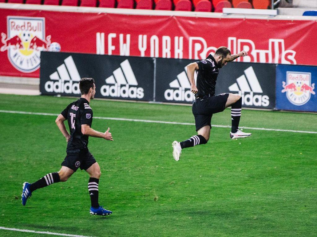 Gol Debut Higuain di MLS: Tendangan Bebas Cantik
