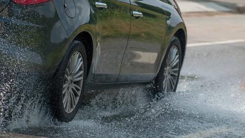 Ilustrasi berkendara saat hujan 169
