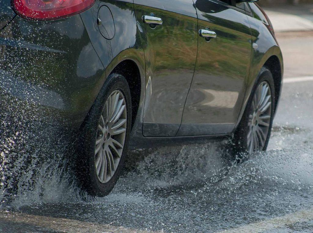Sejumlah Ruas Tol di Jabodetabek Tergenang, Mobil Kecil Tak Bisa Melintas