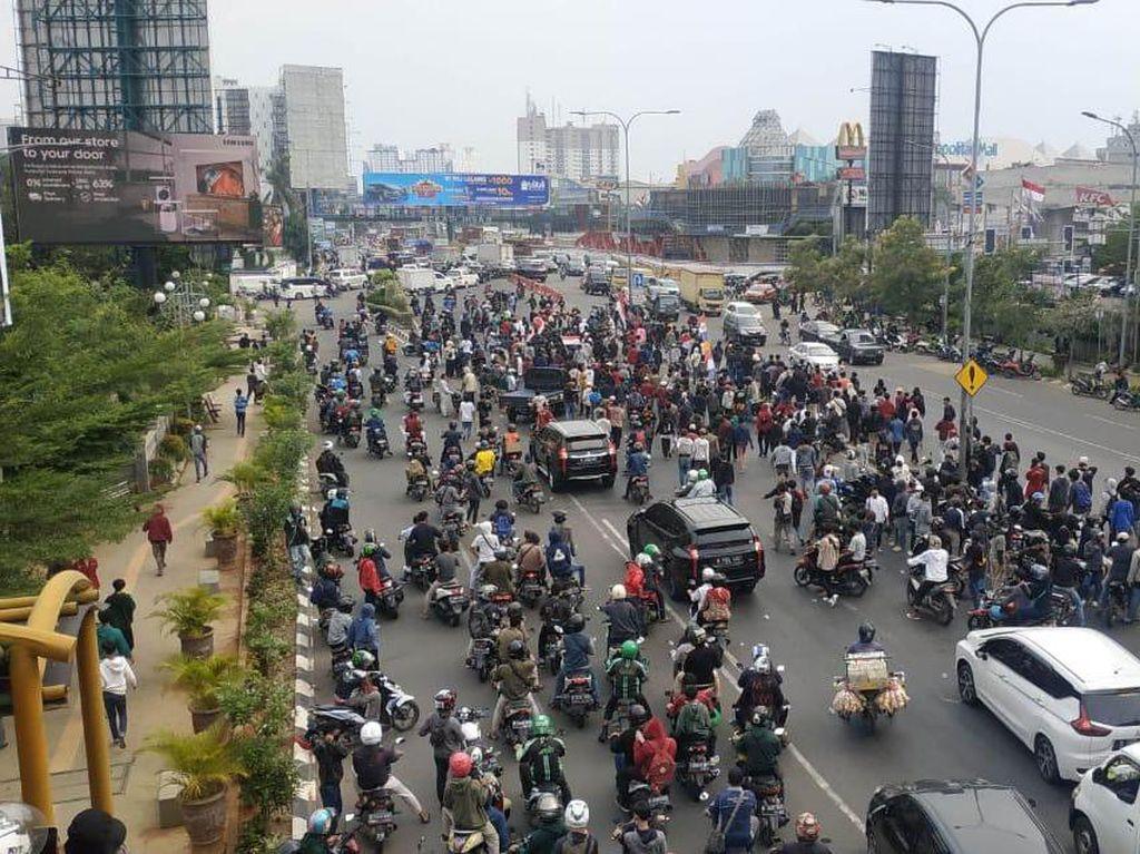 Sempat Ditutup Imbas Demo Buruh, Jalan Ahmad Yani Bekasi Dibuka Lagi