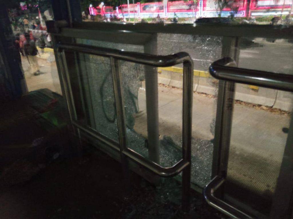 Halte TransJ Polda Metro Dirusak Massa, Kaca Pecah-Dinding Dicoreti
