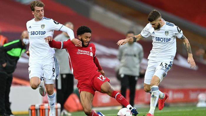 LIVERPOOL, ENGLAND - SEPTEMBER 12: Joe Gomez of Liverpool is challenged by Patrick Bamford of Leeds United and Mateusz Klich of Leeds United during the Premier League match between Liverpool and Leeds United at Anfield on September 12, 2020 in Liverpool, England. (Photo by Shaun Botterill/Getty Images)