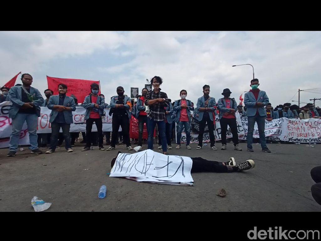 Tolak Omnibus Law, Mahasiswa Bandung Gelar Salat Jenazah