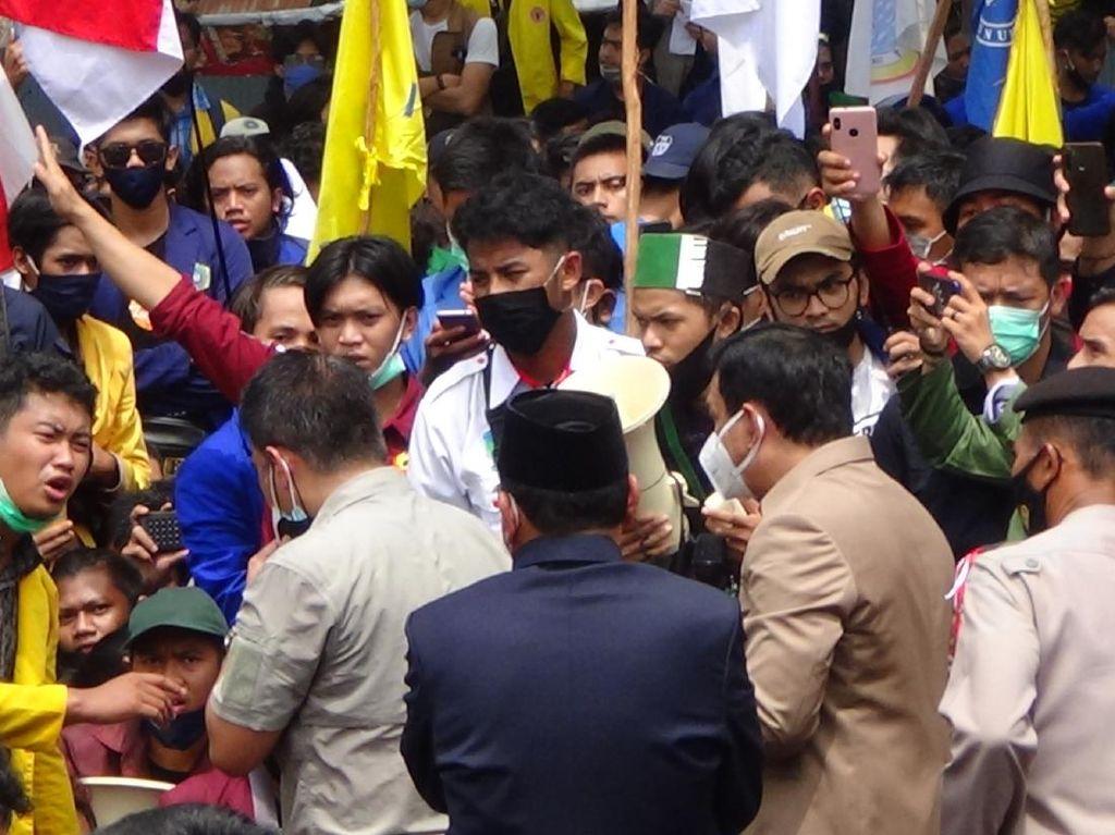 Telanjang-Bawa Sajam, Pria di Banjarmasin Ngamuk di Tengah Demo UU Ciptaker