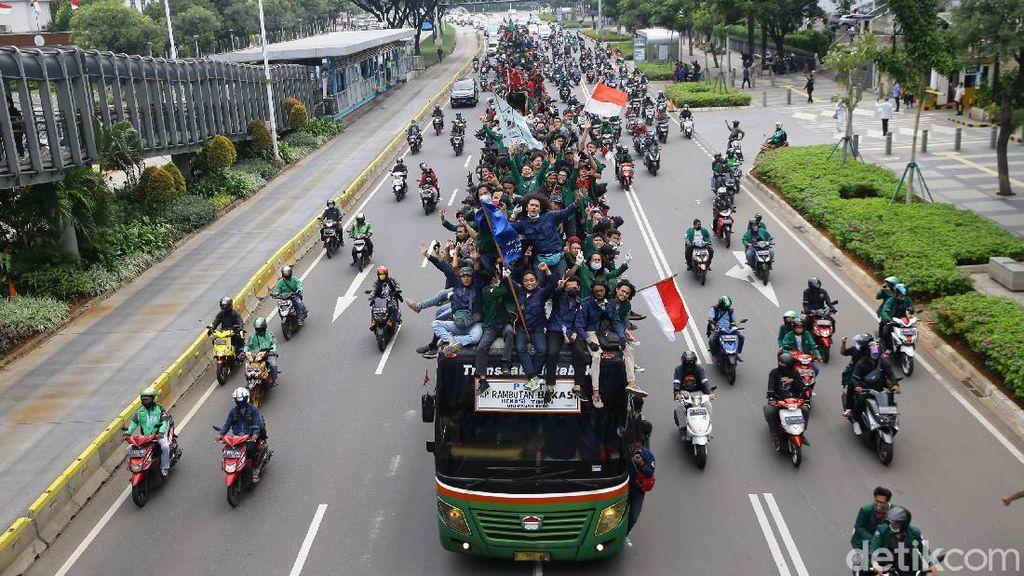 Mahasiswa Konvoi Menuju Istana Negara
