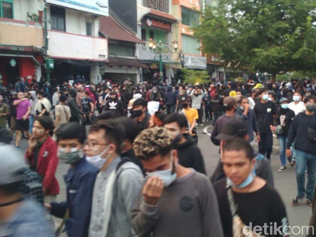 Polisi Pukul Mundur Massa Tolak UU Cipta Kerja di Jalan Malioboro