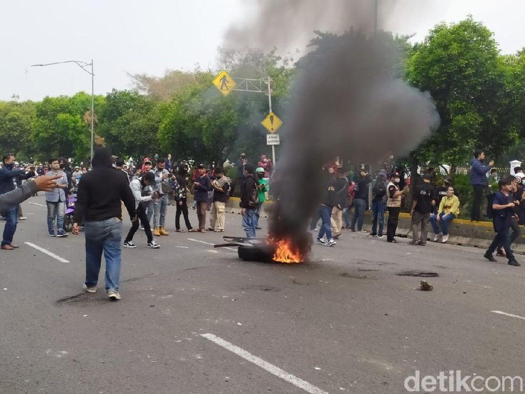 Kenapa Aksi Demonstrasi Kerap Bakar Ban di Tengah Jalan?