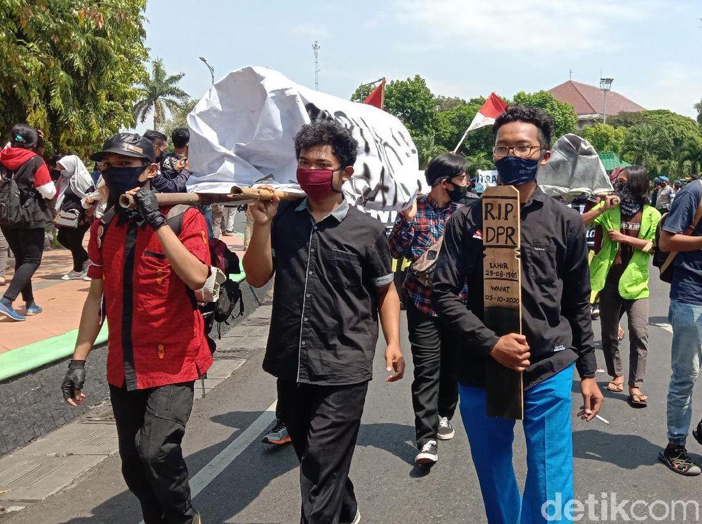 Satgas COVID-19 Sebut Demo Tolak Omnibus Law Berisiko Ciptakan Klaster Baru