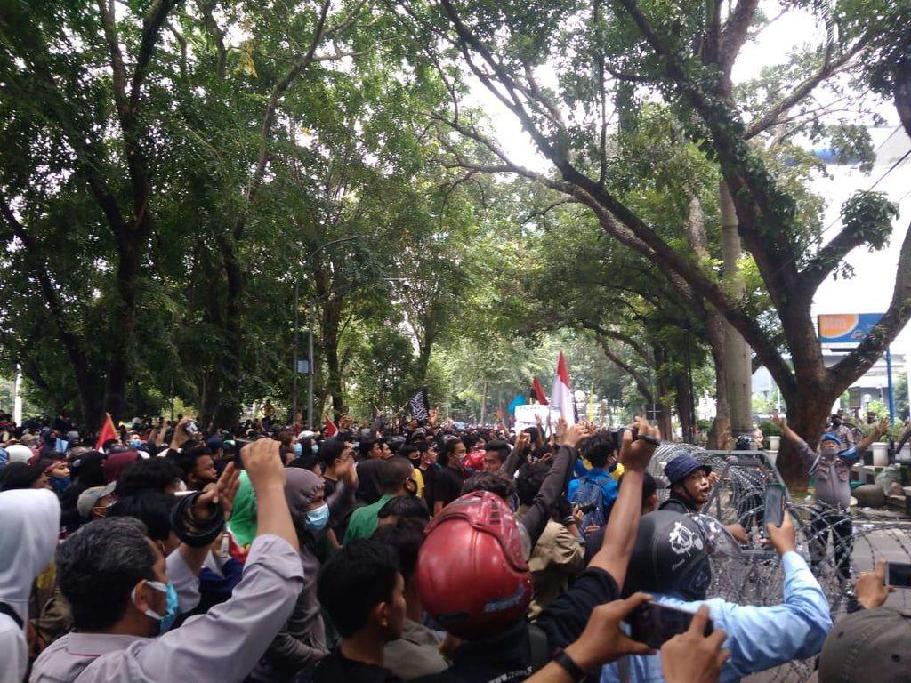 Demo Tolak Omnibus Law di DPRD Sumut Ricuh, 6 Polisi Terluka